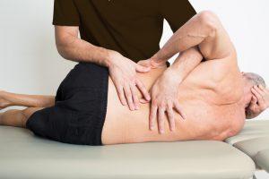 Physiotherapie mit einem lteren Patienten
